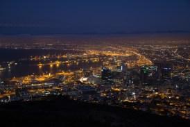 Wir warten noch ein bisschen bis die Dämmerung einsetzt. Dann wird die Aussicht auf Kapstadt nochmals richtig schön.