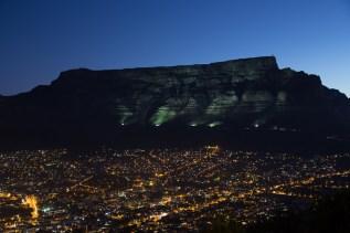 Sogar der Tafelberg ist beleuchtet.