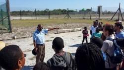 Ernster gehts auf der ehemaligen Gefängnisinsel Robben Island zu und her. Nelson Mandela war hier 18 Jahre inhaftiert. Die Erzählungen eines ehemaligen Insassen lassen uns einen kalten Schauer über den Rücken laufen.