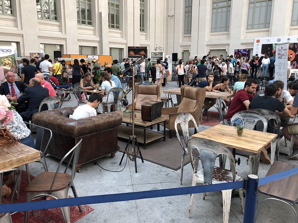 Plaza central del Salón Internacional del Chocolate con sillones par descanso de los asistentes