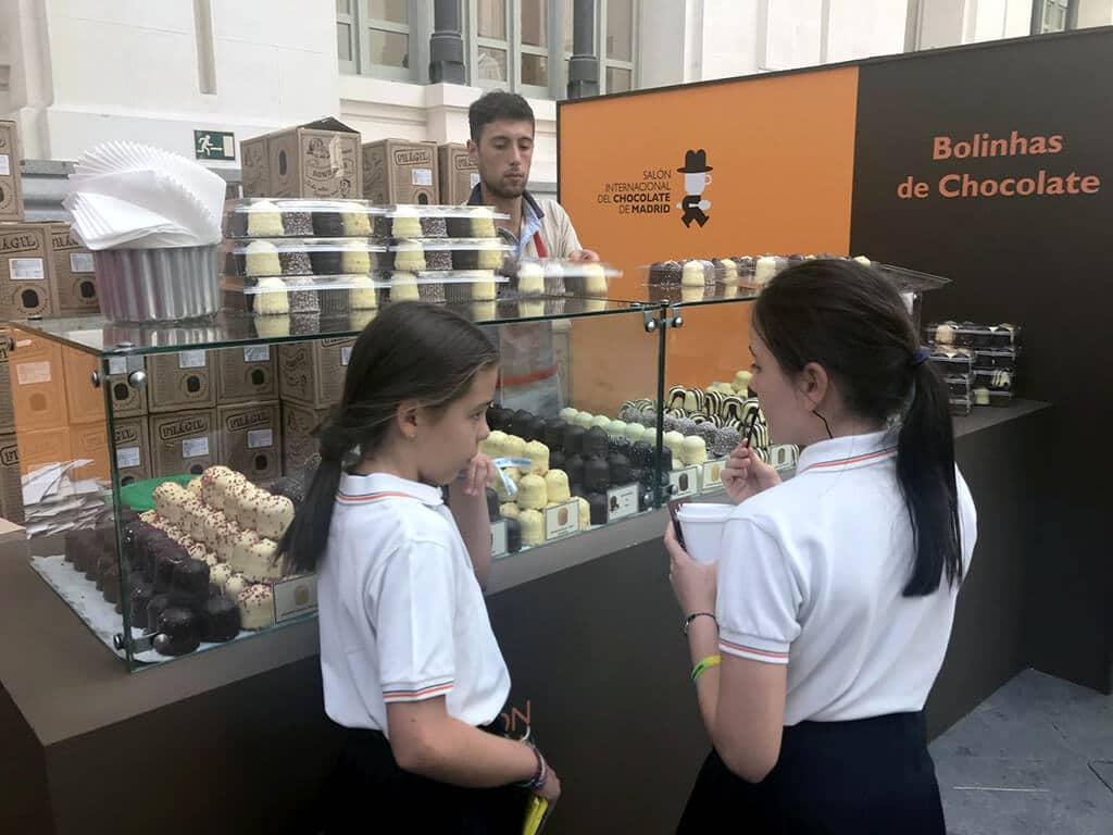Dos niñas en el stand de Bolinhas de Chocolate en el Salón Internacional del Chocolate