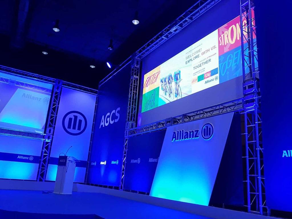 Vista lateral del escenario con pantalla encendida