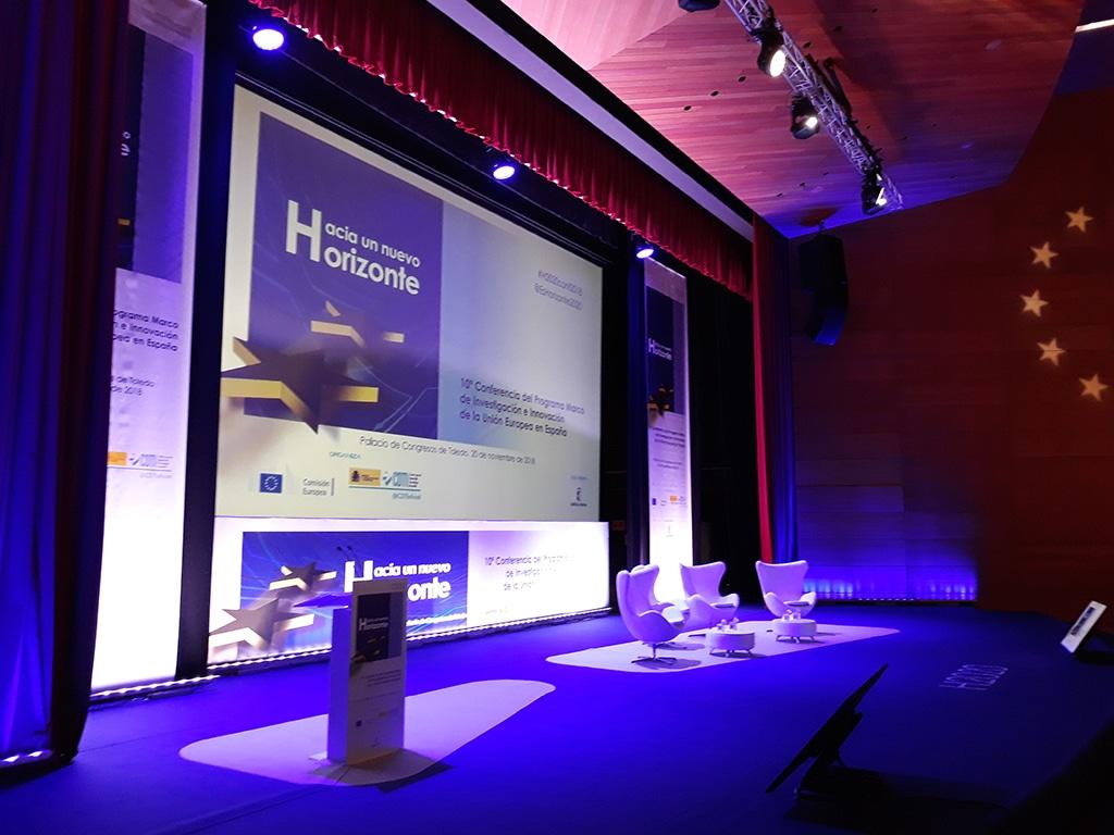 Atril sobre escenario de 10ª conferencia H-2020.jpg