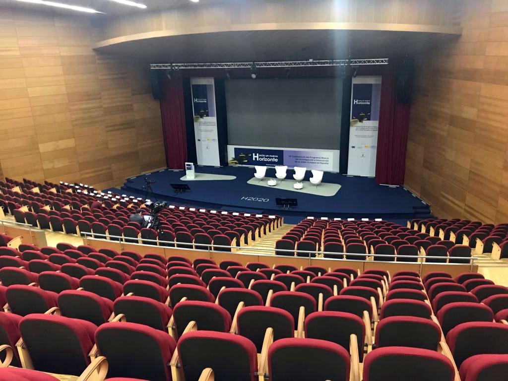 Visita superior del escenario desde la platea del auditorio de El Greco