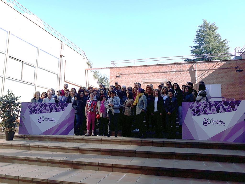 """Foto de familia del  encuentro """"Mujeres y Liderazgo: combatiendo las brechas de género"""""""