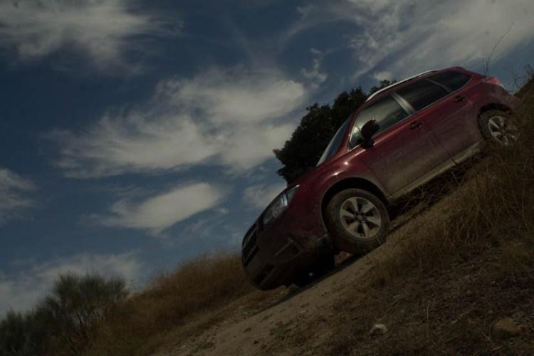 El perfil del coche es alto, por lo que una persona de estatura normal tiene dificultades para ver el techo