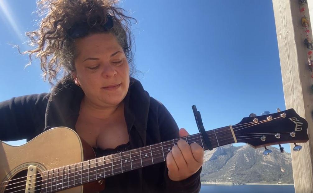 Η Ματούλα Ζαμάνη σε μια live stream συναυλία από το νησί της Αμοργού -  Monopoli.gr