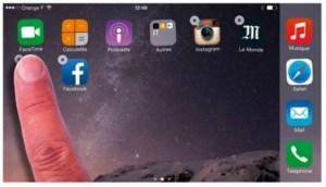Touchez la pastille marquée x d'une application, puis touchez le bouton Supprimer pour l'effacer de l'iPhone