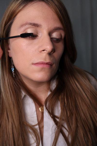 Application mascara Avril - yeux de biche - Maquillage débutant - Mon peau de crème Emonoé