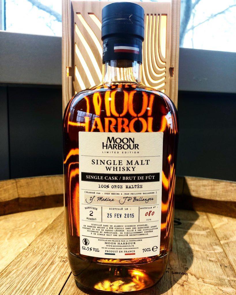 Bouteille de Whisky Moon Harbour Single Malt, vieilli 3 ans dans des fûts de vin rouge en Pessac Léognan - Source moonharbour.fr