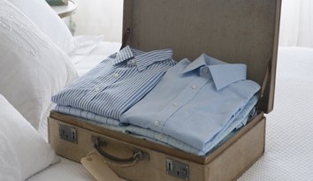 Chemises bien pliées dans la valise