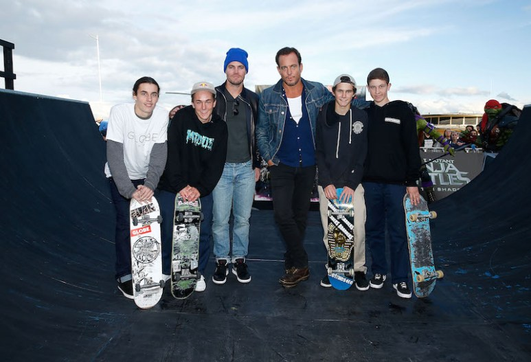 SYDNEY, AUSTRALIA - MAY 28: Will Arnett and Stephen Amell pose with young skateboarders at Bondi beach during a photo call ahead of the Australian premiere of Teenage Mutant Ninja Turtles 2 on May 28, 2016 in Sydney, Australia. (Photo by Brendon Thorne/Getty Images for Paramount Pictures) *** Local Caption *** Will Arnett; Stephen Amell