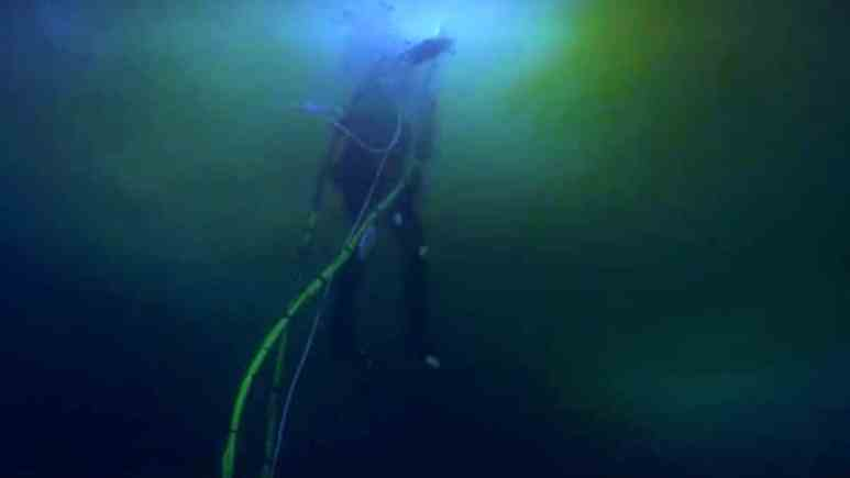 Andy Kelly heads to surface after his diving regulator fails on Bering Sea Gold
