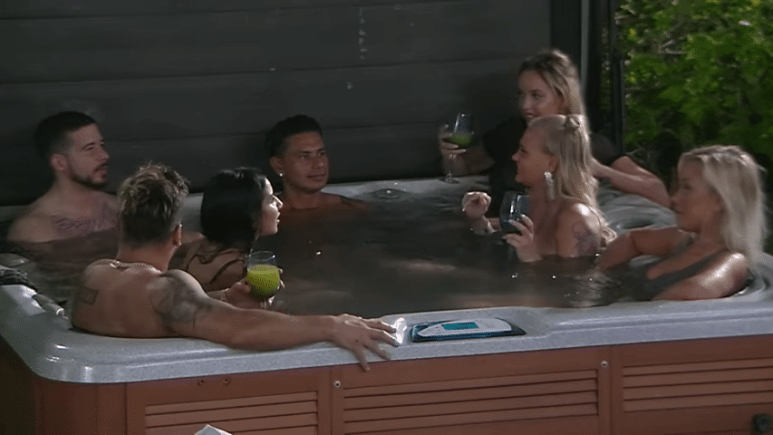 Ronnie Magro, Vinnie Guadagnino and Pauly D drinking in the hot tub with women from the club on Jersey Shore Family Vacation.