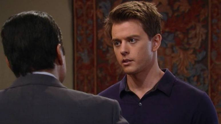 Michael speaking with Sonny on General Hospital