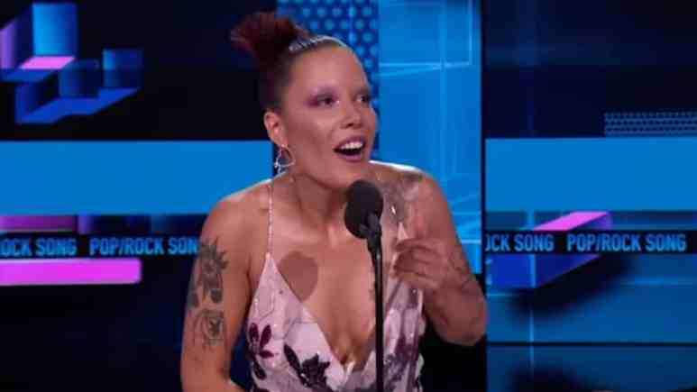 halsey accepts award at 2019 amas for without me
