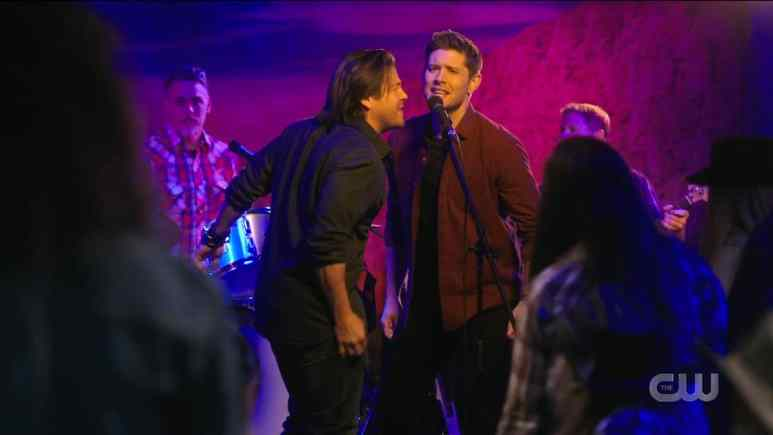 Dean and Lee sing a song at Swayze's Bar. Pic credit: The CW