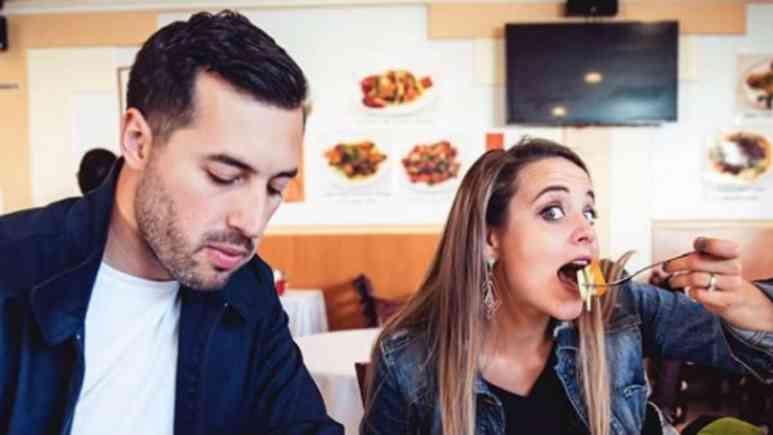 Jeremy Vuolo and Jinger Duggar eating at a restaurant.