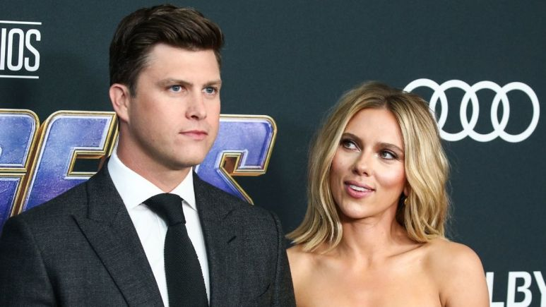 Red carpet image of Colin Jost and Scarlett Johnsson