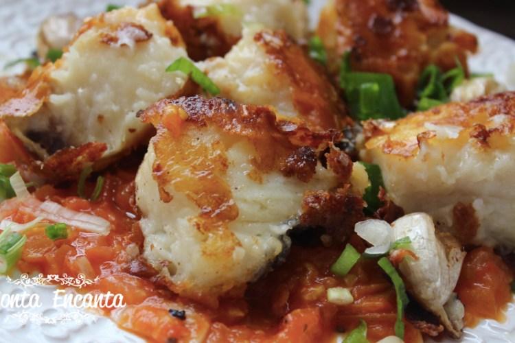 Bacalhau grelhado ao tomatinho, suculento bem gostoso!