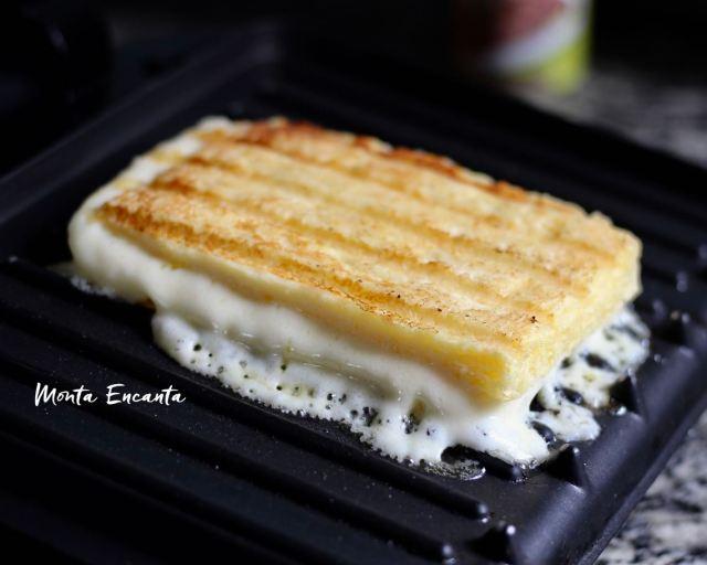 Panini low carb é delicioso e rapidinho de fazer, basta misturar todos os ingredientes e levar ao micro ondas por 3 minutos