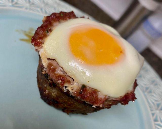 bolovo assado, bolinho de carne moida com ovo assado na forma de cupcake
