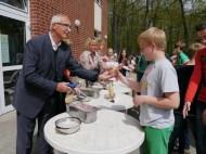 Herr Enkelmann verteilt Eis-1