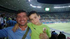 Gustavo Gómez (padre e hijo) aguardando para el arranque de Uruguay vs Costa Rica