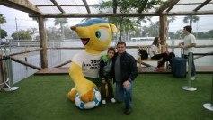 Con la mascota de Brasil 2014