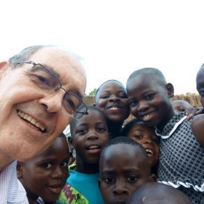 Rodeado de alumnos, en Nairobi