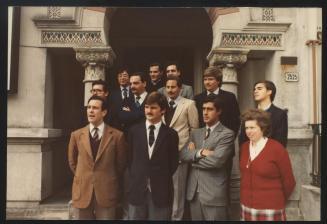 En 1985, junto al equipo docente del colegio en la sede de Bvar. España