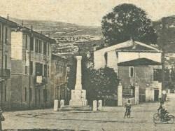Veduta della piazza con il monumento ai caduti