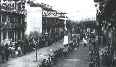 La processione durante la festa del Mese Mariano