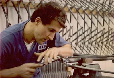 La rifinitura a lima delle saldature (officina Masi, USA 1974)