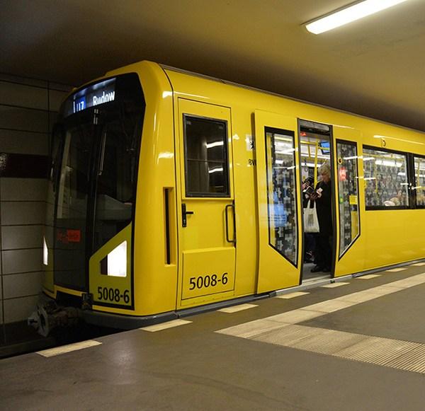 Mobile-Steinzeit in der Berliner U-Bahn