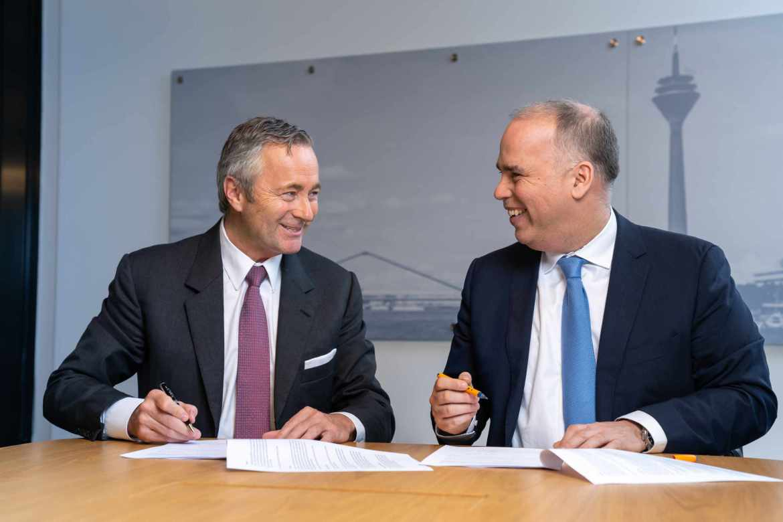 Hannes Ametsreiter und Dirk Woessner unterzeichnen die Absichserklärung zur Schliessung von grauen Flecken. (Bild: Vodafone)