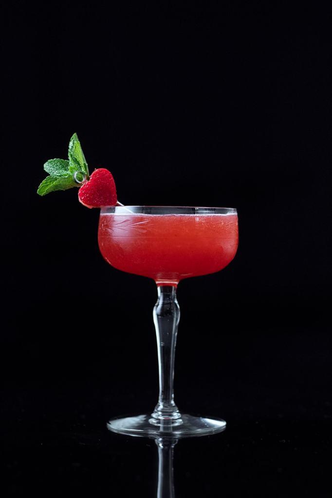 strawberry-vanilla-daiquiri-cocktail-for-valentines-days