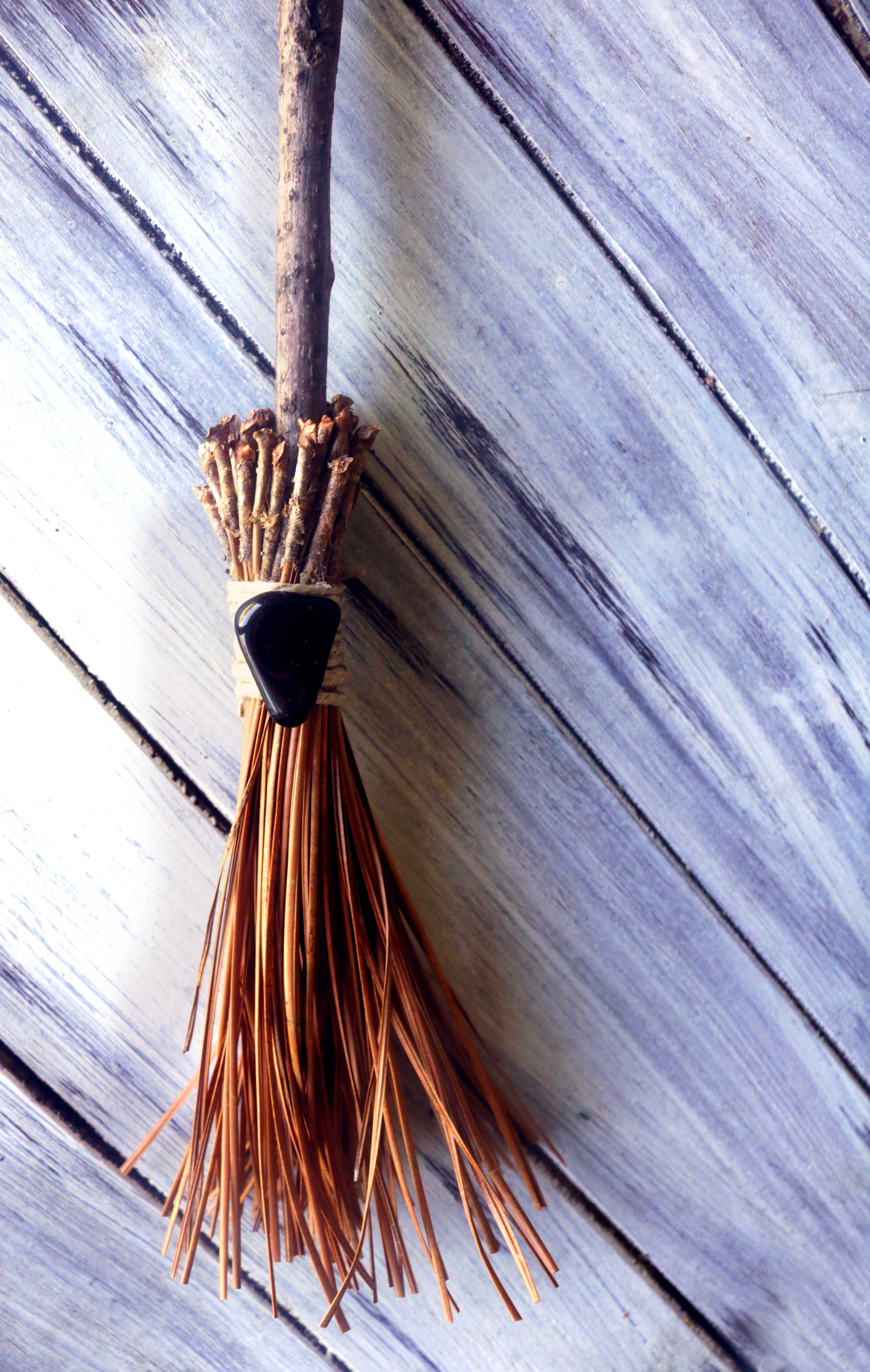 This simple tutorial uses natural materials available in your backyard to create a gorgeous round broom for witchcraft, ritual and magick.