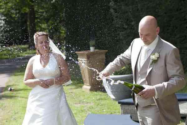 champagne sabreren kurk trouwdag bruiloft trouwen trouwreportage