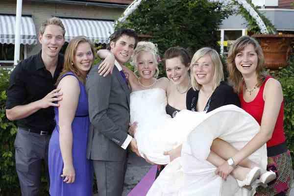 bruid optillen vriendinnen trouwdag bruiloft trouwreportage