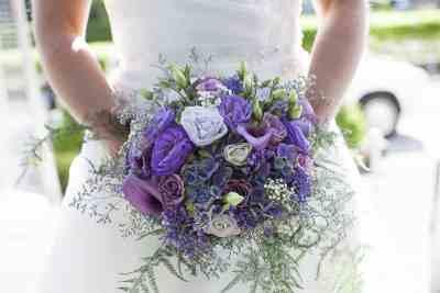 bruidsboeket paars bruid trouwfoto bruidsfotografie trouwreportage