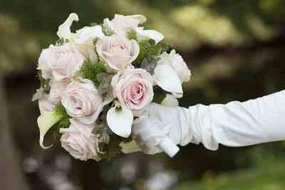 Bruidsboeket met roze rozen bruidsfotografie trouwfoto trouwreportage