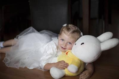 portret meisje bruidsmeisje kinderen portretten Nijntje bruidsfotografie