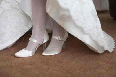 trouwschoenen bruidsfotografie trouwen trouwdag bruid