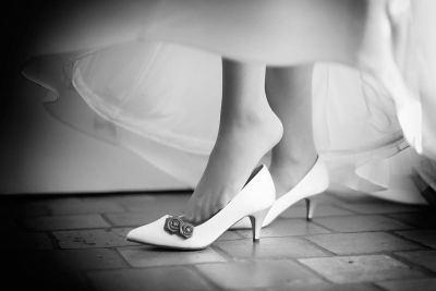 bruidsfoto trouwschoenen bruid trouwfotograaf collectie trouwfoto mooi detail