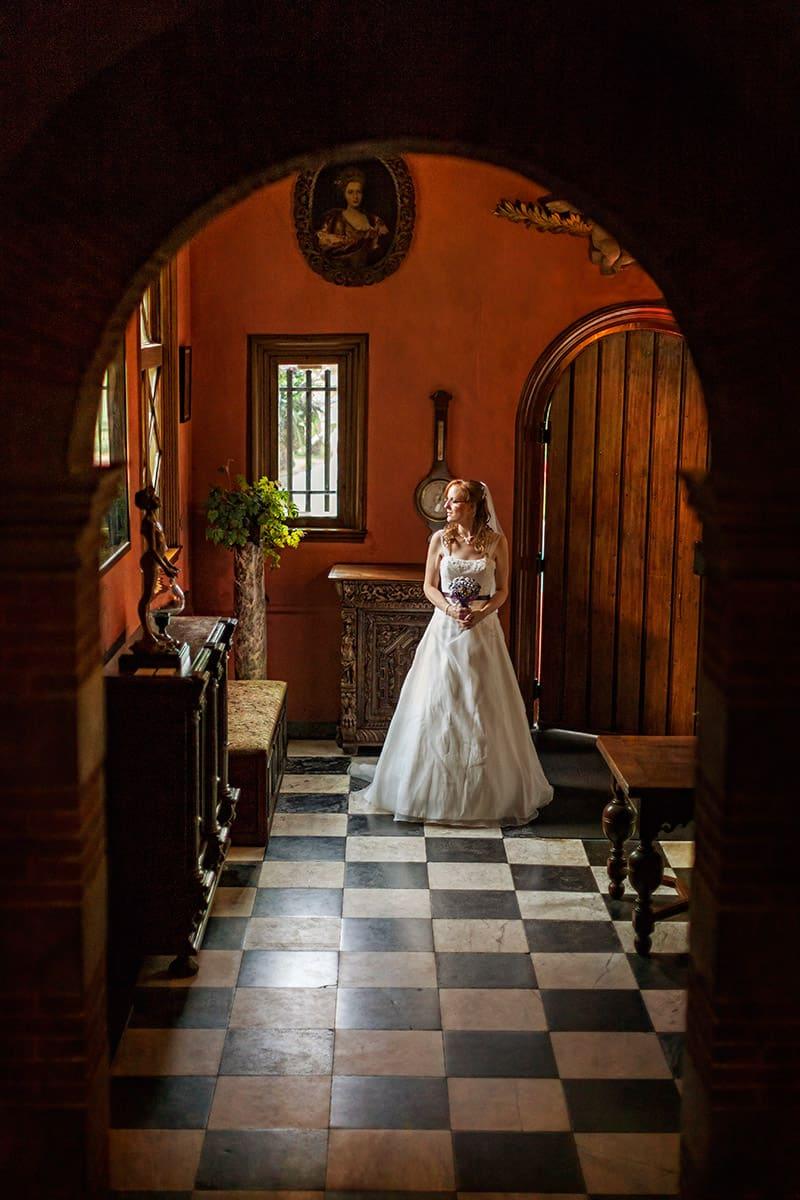 fotoshoot binnen kasteel Keukenhof bruid hal