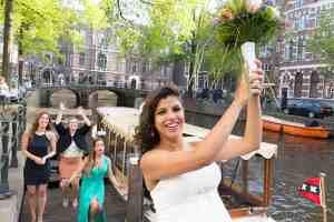 Bruidsfotografie Amsterdam bruid gooit boeket