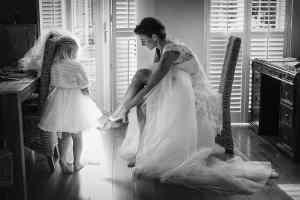 Zwart-wit bruidsfoto bruid en dochter