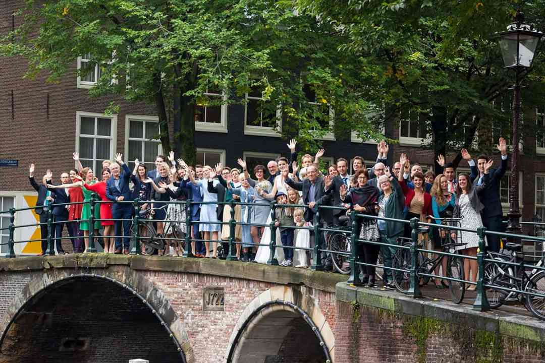 trouwfoto groepsfoto gracht Amsterdam