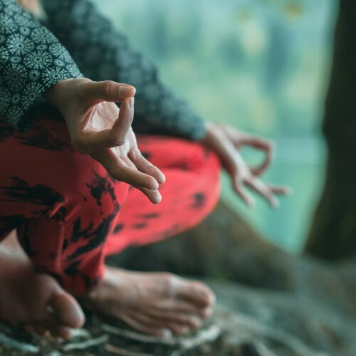 foto mens in meditatiehouding zonder tekst